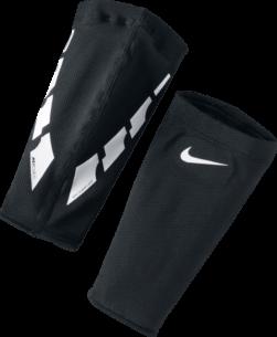 De Nike Guard Lock Elite scheenbeschermers zorgen voor een licht, natuurlijk gevoel dat met je meebeweegt voor de perfecte pasvorm. De scheenbeschermers zijn gevoerd met PU materiaal voor aanvullende grip en een nauwsluitende pasvorm die je je laat concentreren op je spel.