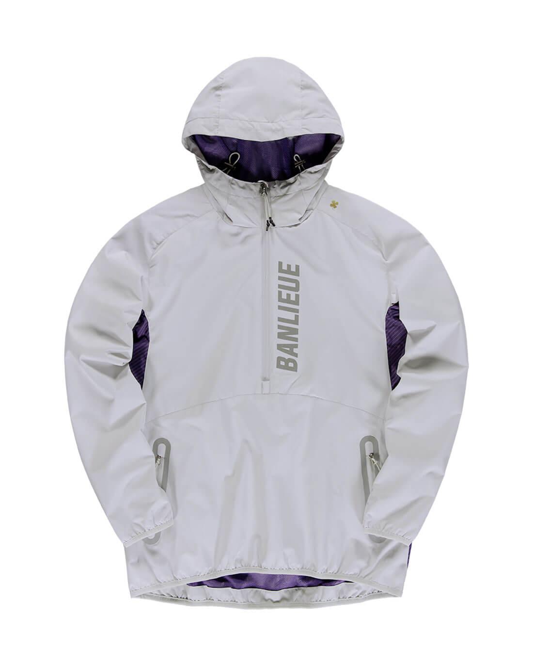 De Robey x Banlieue Anorak in de kleuren Grey en Violet Purple. Het item is voorzien van een halve rits en gevoerde capuchon met trekkoordjes. Op de zijkant is de Anorak afgewerkt met een grafische tie-dye print. De reflective branding op de voor- en achterkant zorgen ervoor dat je ook in het donker goed zichtbaar bent. Gemaakt van 100% polyester.